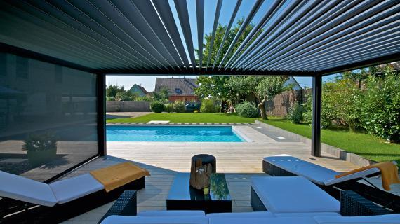 Pergola bioclimatica de lamas para porches de piscinas. Ventux